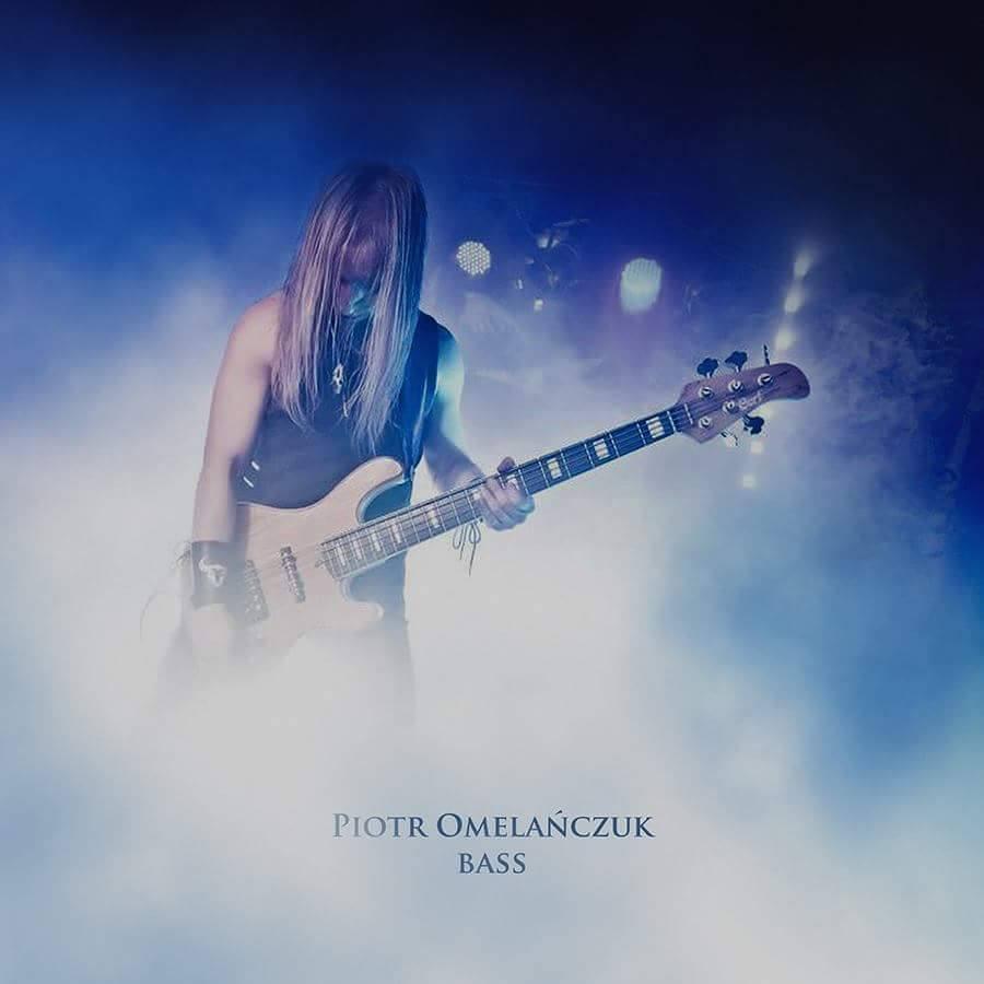 Gitarzysta wyłaniający się z mgły